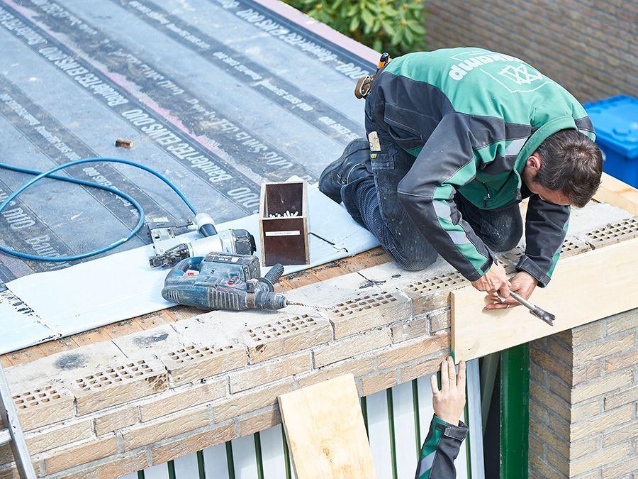 Dachdecker bei der arbeit  Stallkamp GmbH   Berufsbild Dachdecker